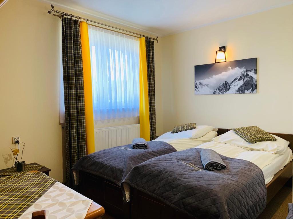 A bed or beds in a room at Gościniec nad Suchą Wodą
