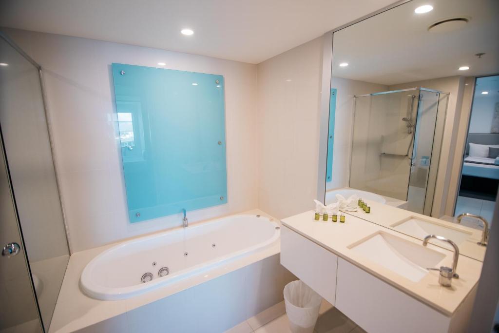 A bathroom at Q1 Resort & Spa - Official