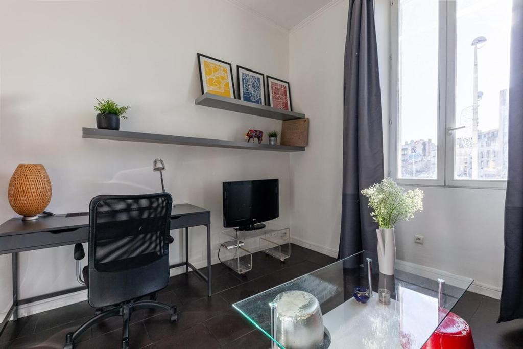 A television and/or entertainment centre at Castel Bay- Appartement Chic en centre-ville