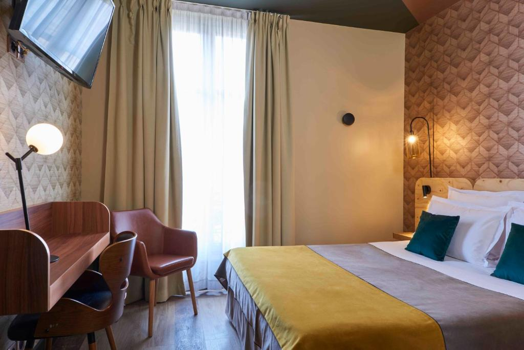Een bed of bedden in een kamer bij Hotel Konti Bordeaux by HappyCulture