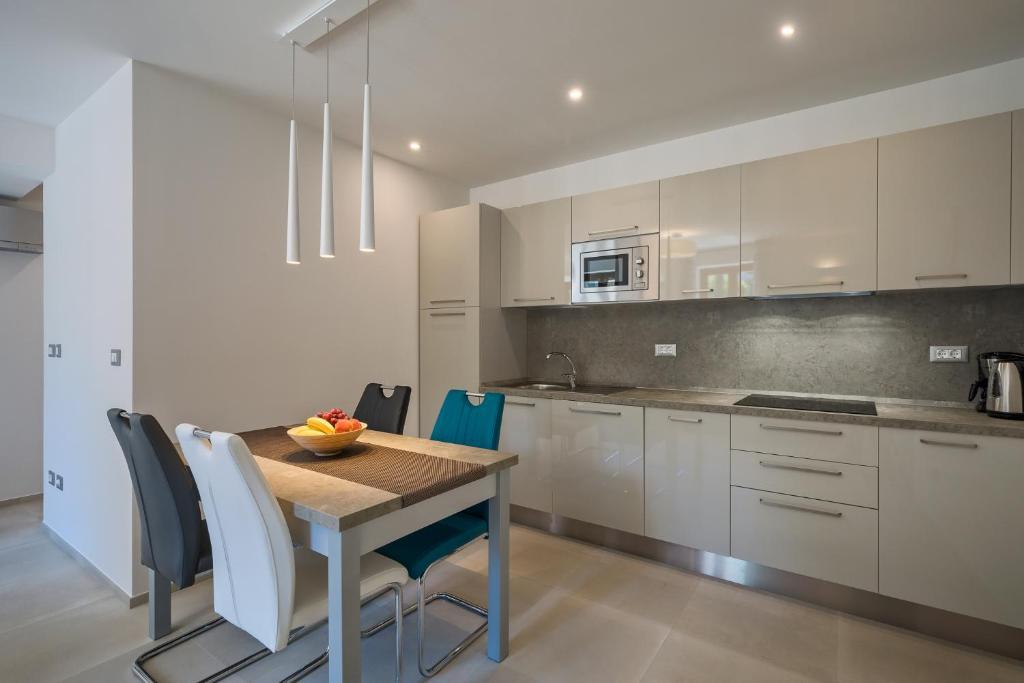 A kitchen or kitchenette at Apartmani Mare verde