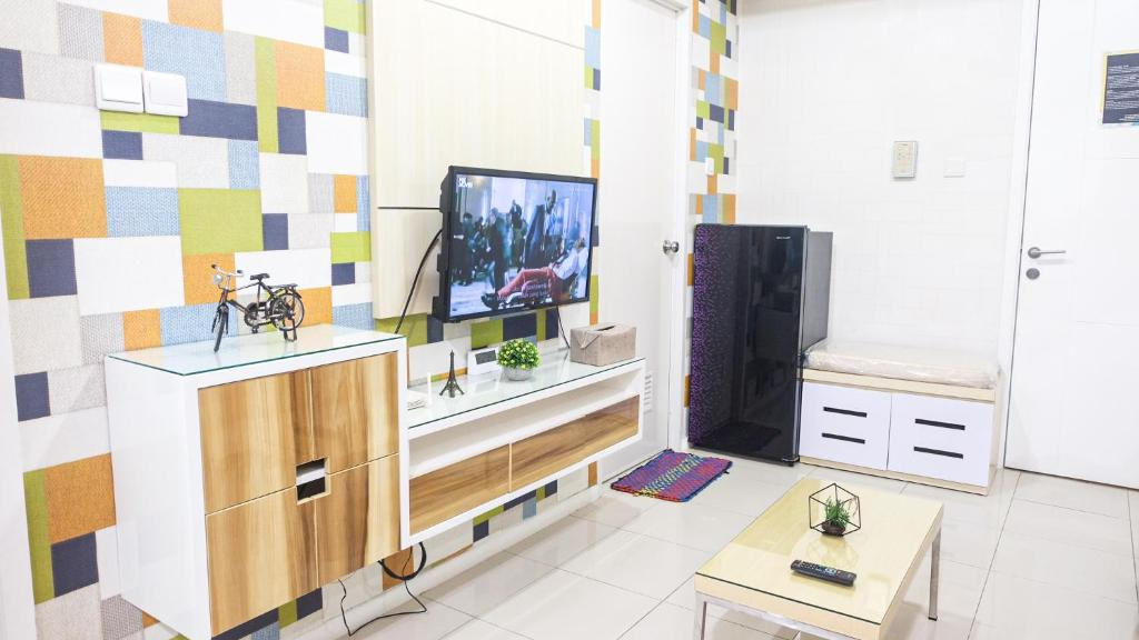 A television and/or entertainment centre at Aya Stays 5 at Parahyangan Residence