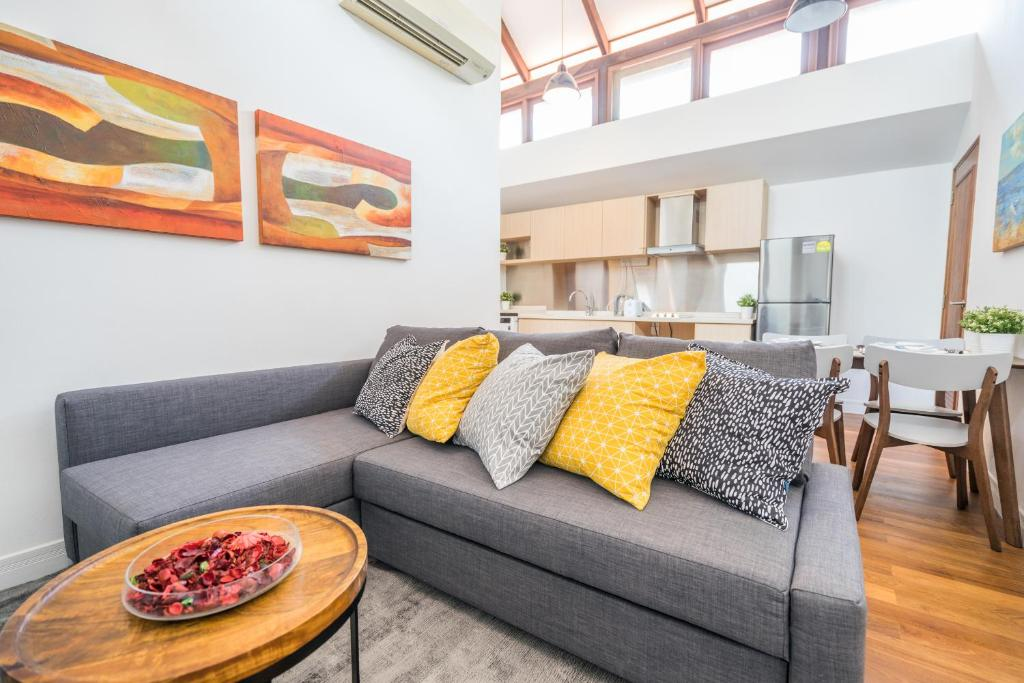 A seating area at ClubHouse Residences Elm Attic Studio Suites (Staycation Approved)