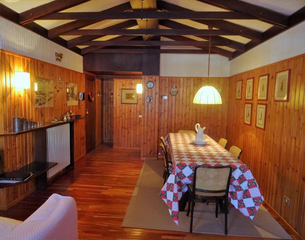 A restaurant or other place to eat at Appartamento La Primula