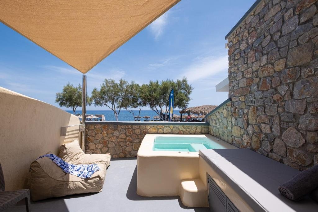 Der Swimmingpool an oder in der Nähe von Cyclops Beach Apartments