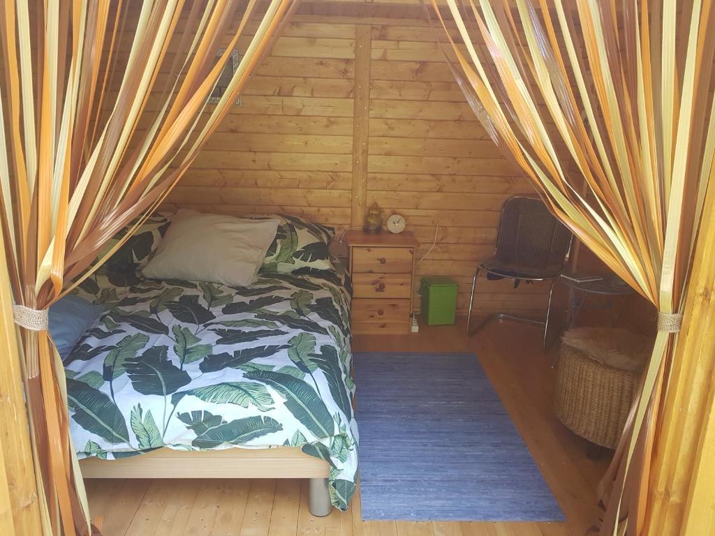 Ein Bett oder Betten in einem Zimmer der Unterkunft Boszicht hutje