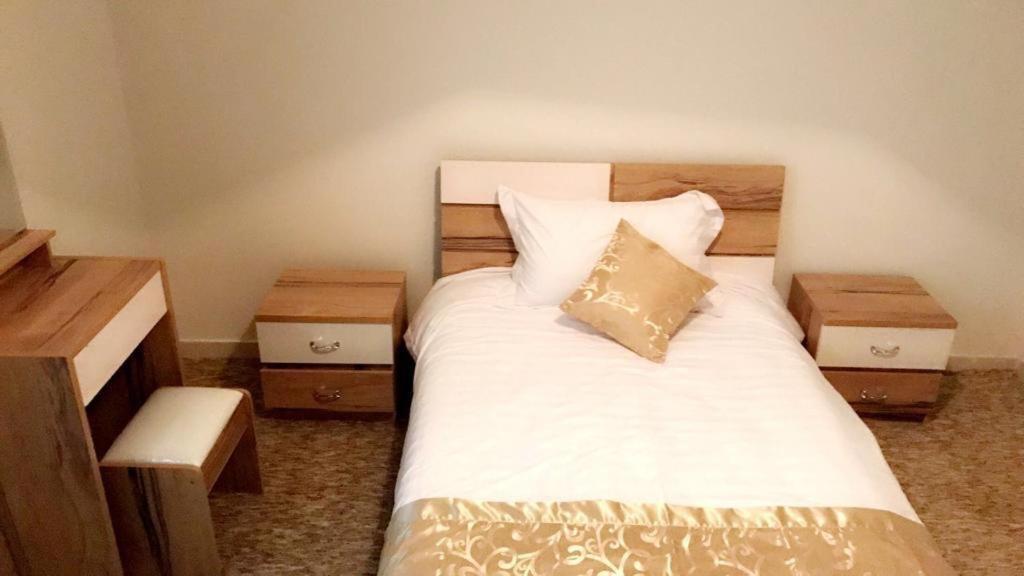 Cama ou camas em um quarto em Al Fakhera Apartments for Singles - Al Bawadi district