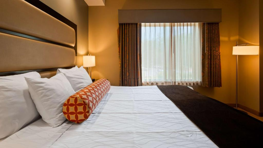 A bed or beds in a room at Best Western Plus College Park Hotel