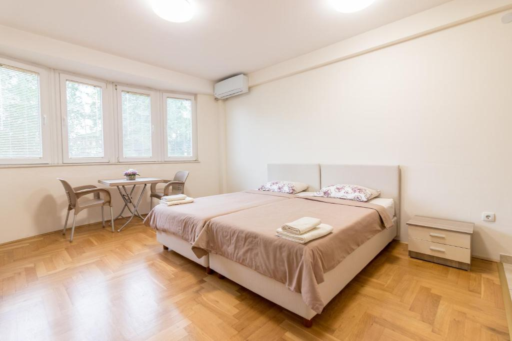 A bed or beds in a room at Comfy Apartments-Ohrid