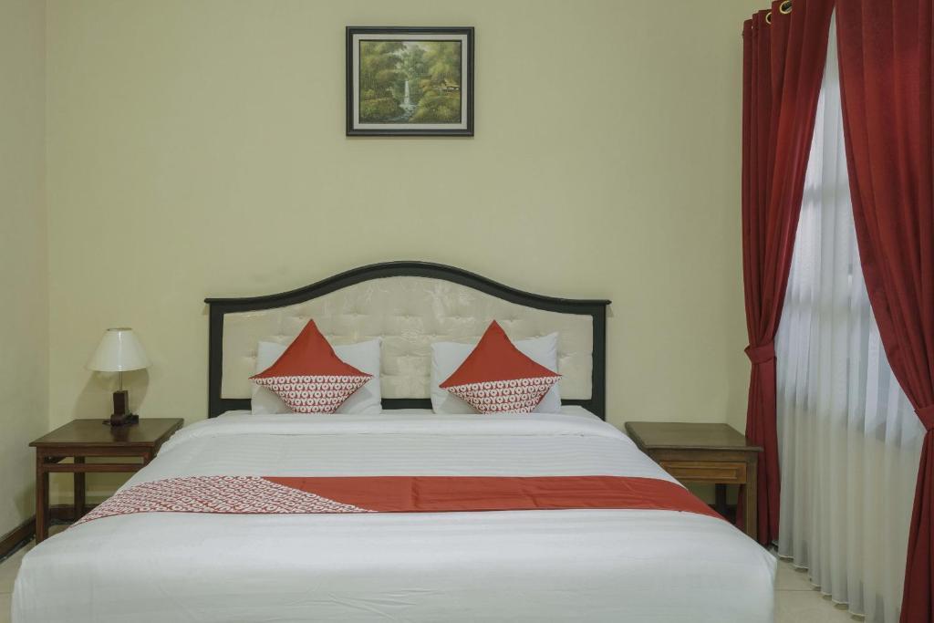 Tempat tidur dalam kamar di OYO 804 Ndalem Maharani Guest House