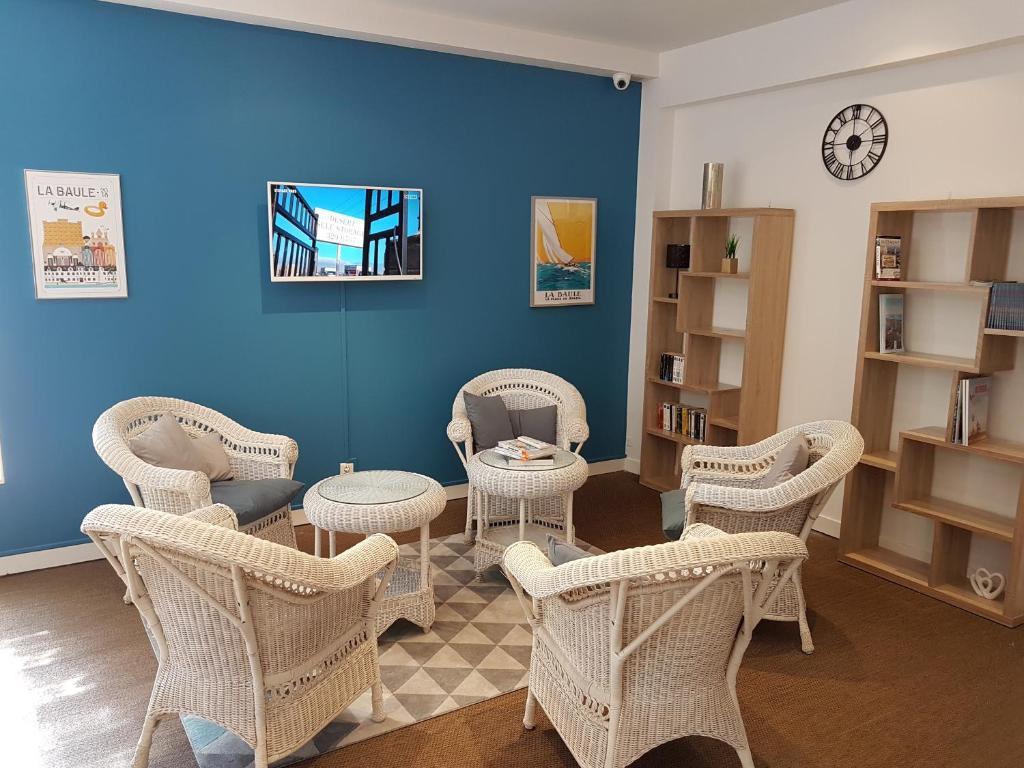A seating area at Hôtel Les Tennis Men La Baule Les Pins centre