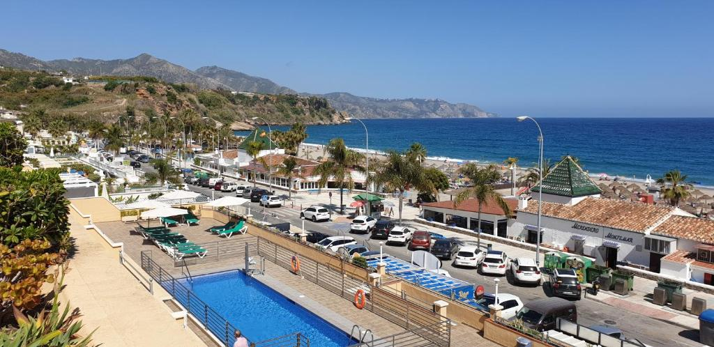 Utsikt över poolen vid Apartamentos Nerja Bahia eller i närheten