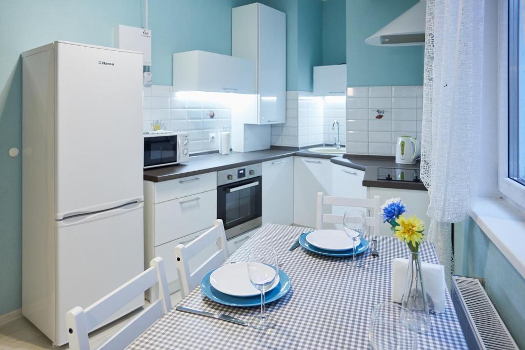 Кухня или мини-кухня в Apartments on Kaliningradskii prospect