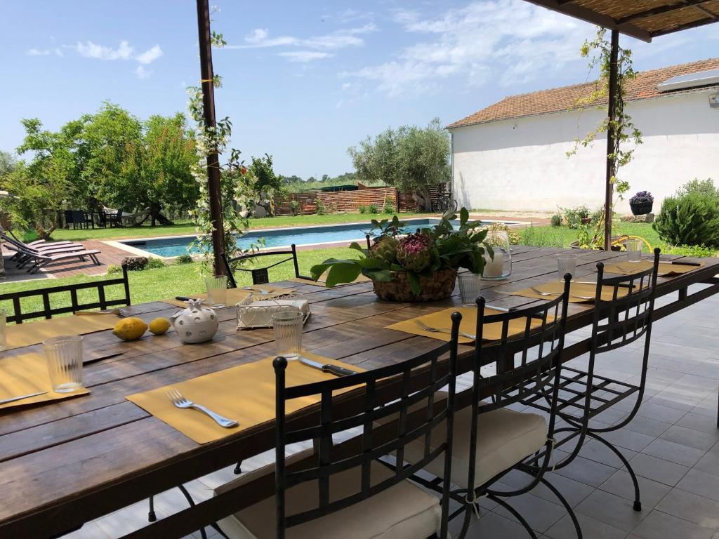 Vista sulla piscina di Casa Agricola Scorziello o su una piscina nei dintorni