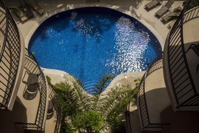 Vista de la piscina de Monaco Condominiums o alrededores