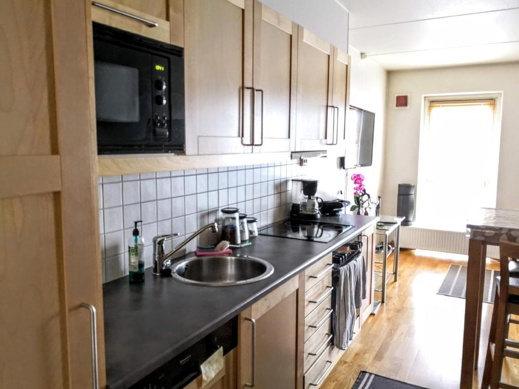 A kitchen or kitchenette at Sentral moderne leilighet