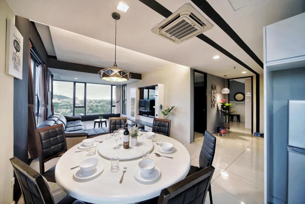 A restaurant or other place to eat at Cozy Living Sky Apartment
