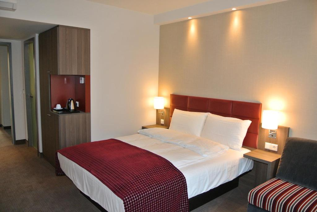 A bed or beds in a room at Land-gut-Hotel zur Krone