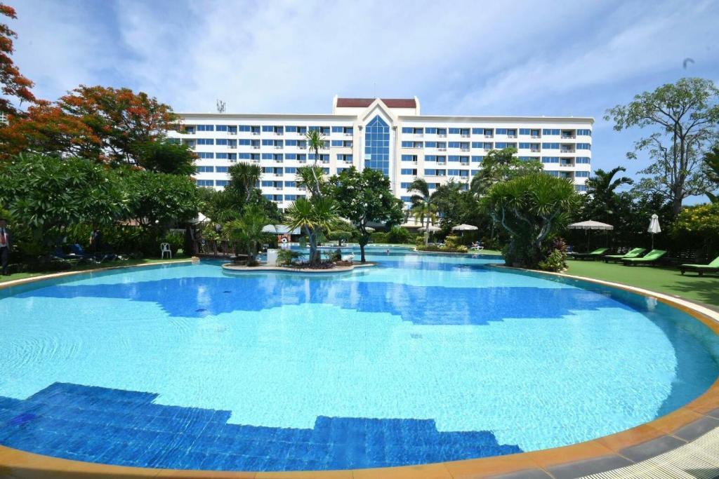 Бассейн в Jomtien Garden Hotel & Resort или поблизости