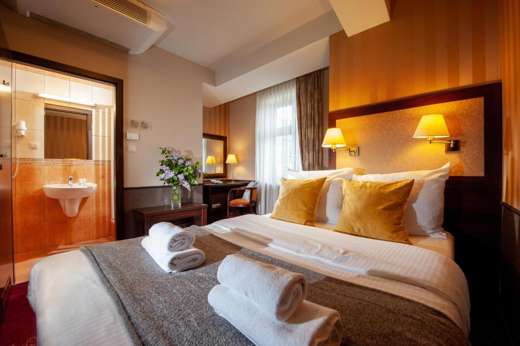 A bed or beds in a room at Hotel Wielopole