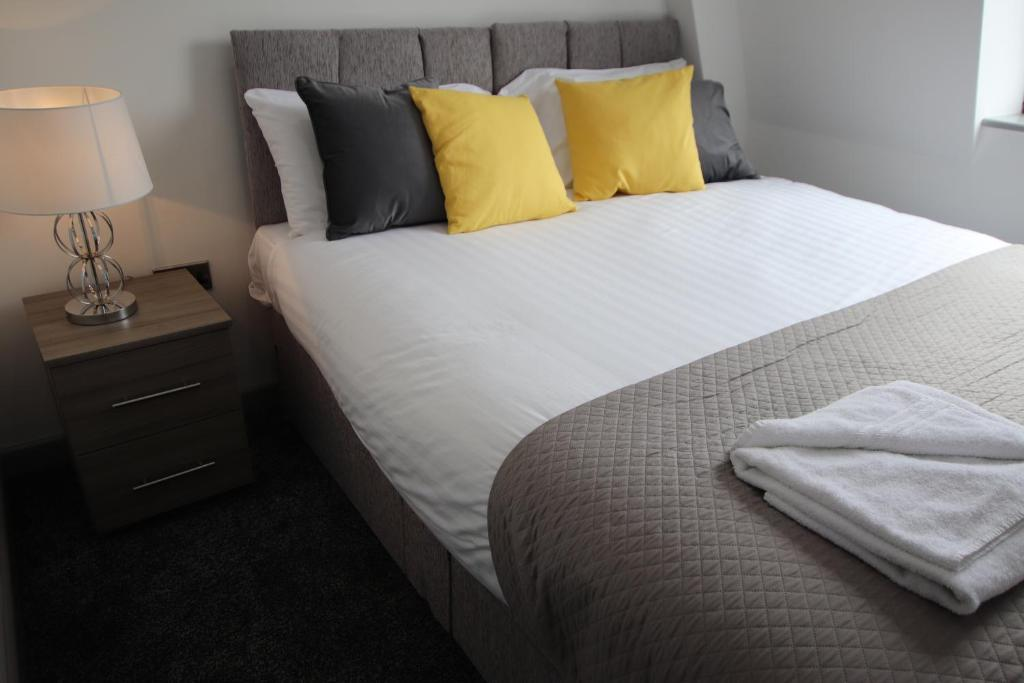 A bed or beds in a room at Halifax House, Studio Apartment 213