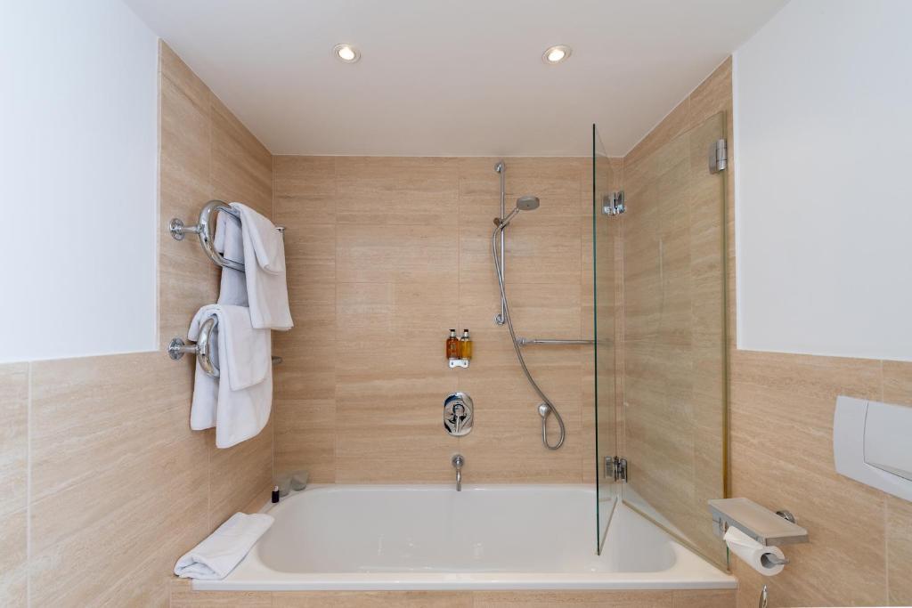 A bathroom at Benen-Diken-Hof