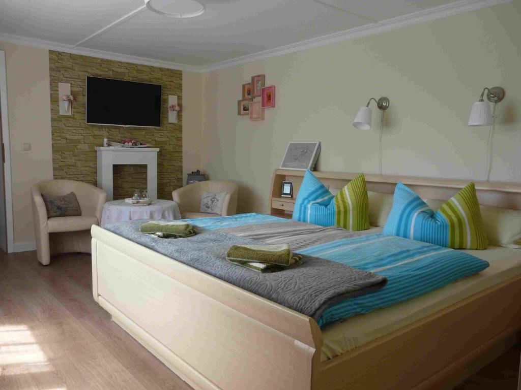 Ein Bett oder Betten in einem Zimmer der Unterkunft Pension Zur Kirchsee