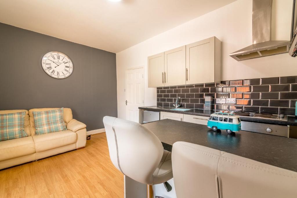 A kitchen or kitchenette at PLATFORM Avenues Apartment 2