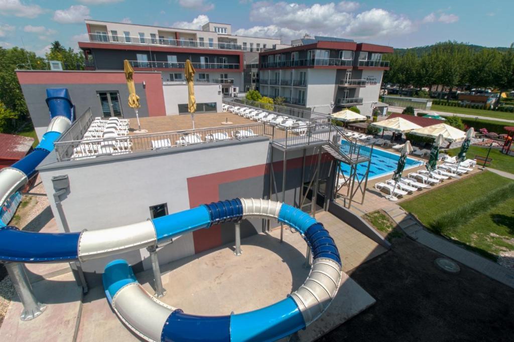 Výhled na bazén z ubytování Wellness Hotel Katalin nebo okolí