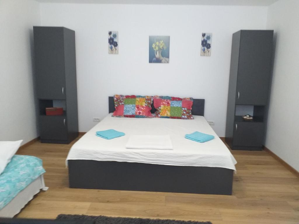 A bed or beds in a room at Casa din Deal