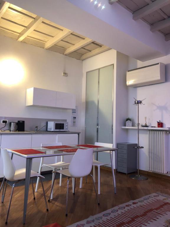 Cucina o angolo cottura di Emma home con vista Piazza Ducale