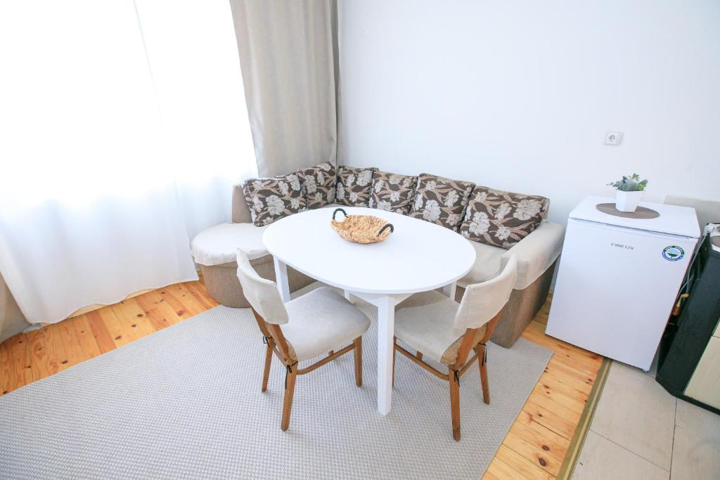 A seating area at Green Peppers Apartment
