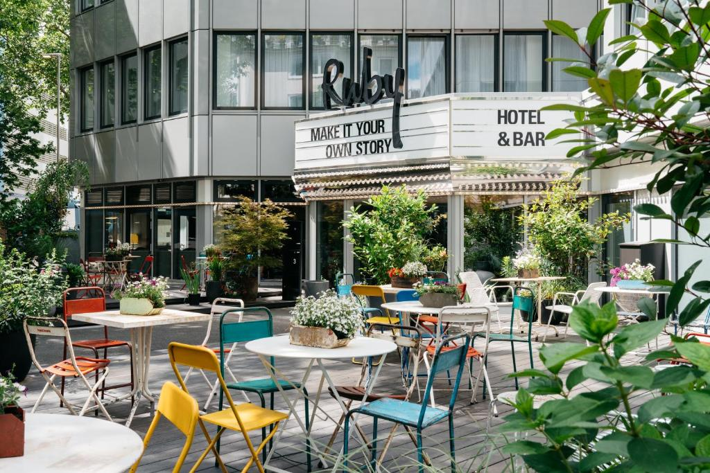 A restaurant or other place to eat at Ruby Leni Hotel Dusseldorf