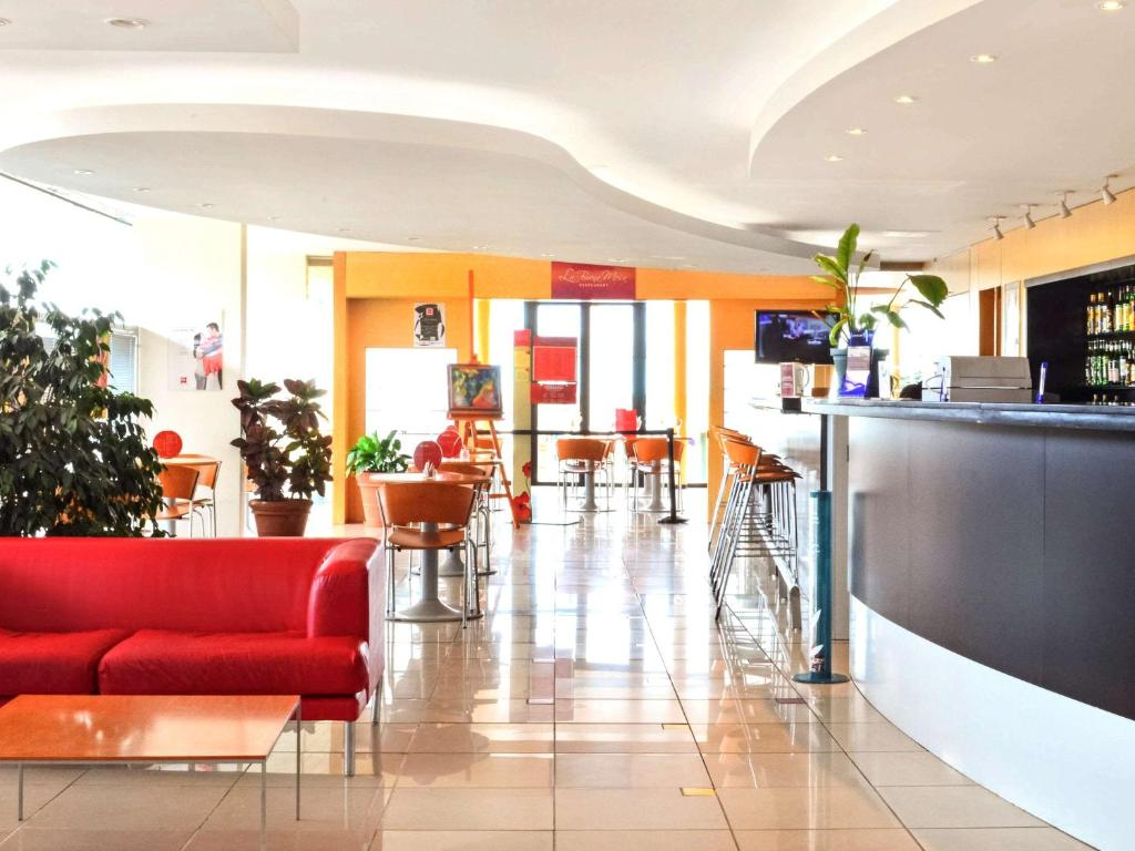 The lobby or reception area at ibis Montevideo Rambla