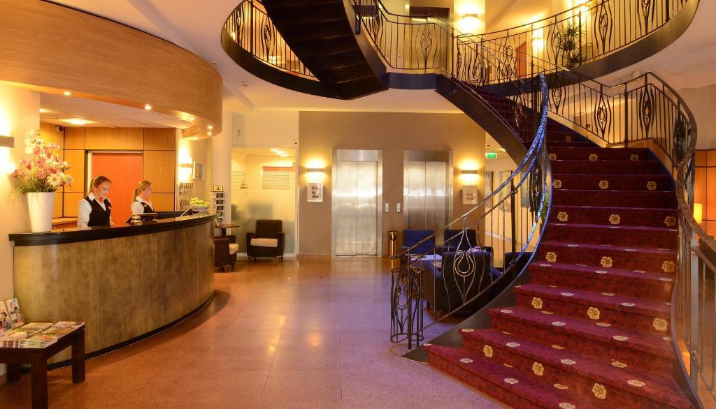 De lobby of receptie bij Amrâth Grand Hotel Frans Hals
