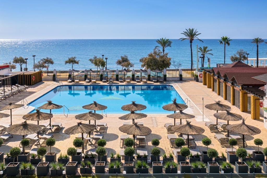 Uitzicht op het zwembad bij Occidental Fuengirola by Barceló of in de buurt