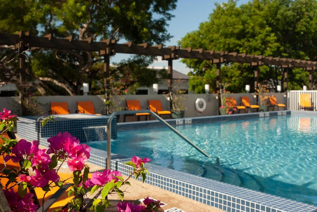 The swimming pool at or close to Courtyard Miami Coral Gables