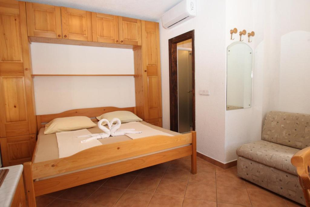 A bed or beds in a room at Appartments Mali Raj Vrsar
