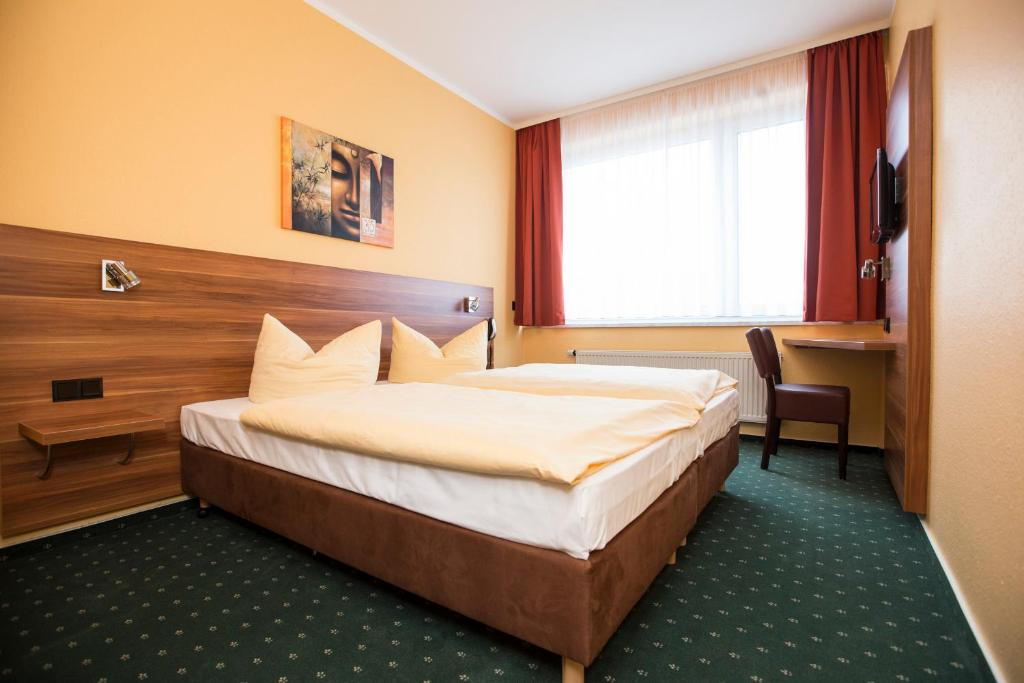 A bed or beds in a room at Stadt-gut-Hotel Westfalia