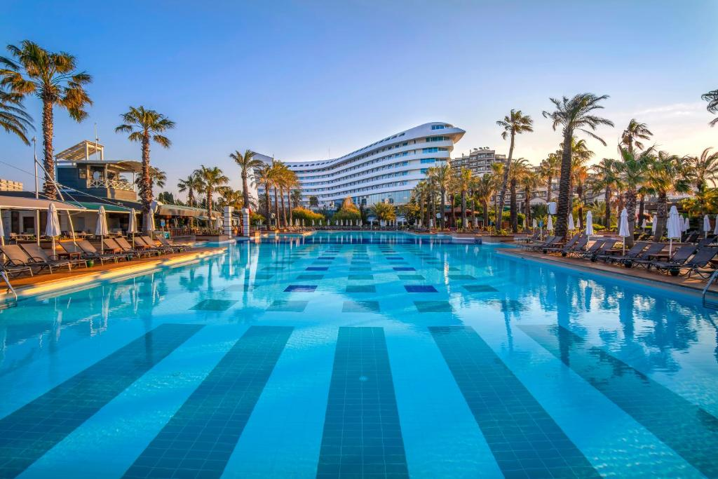 المسبح في Concorde De Luxe Resort - Ultra All Inclusive أو بالجوار