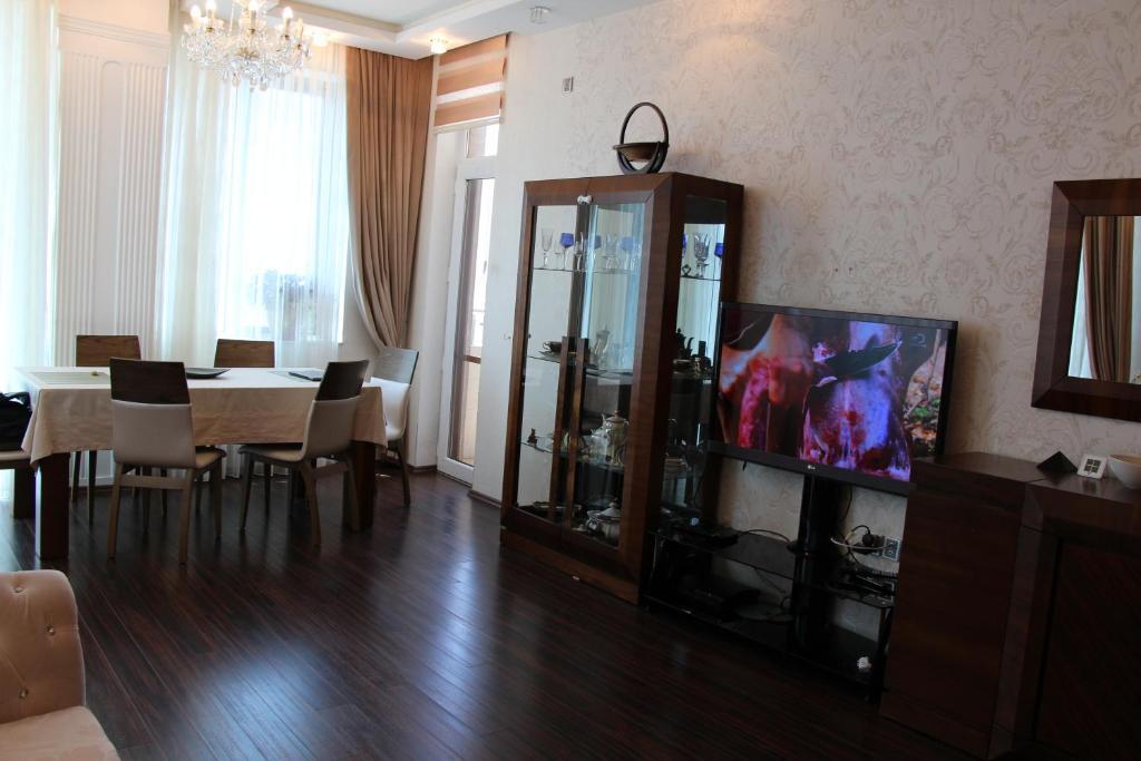 Uma TV ou centro de entretenimento em Apartments in the center