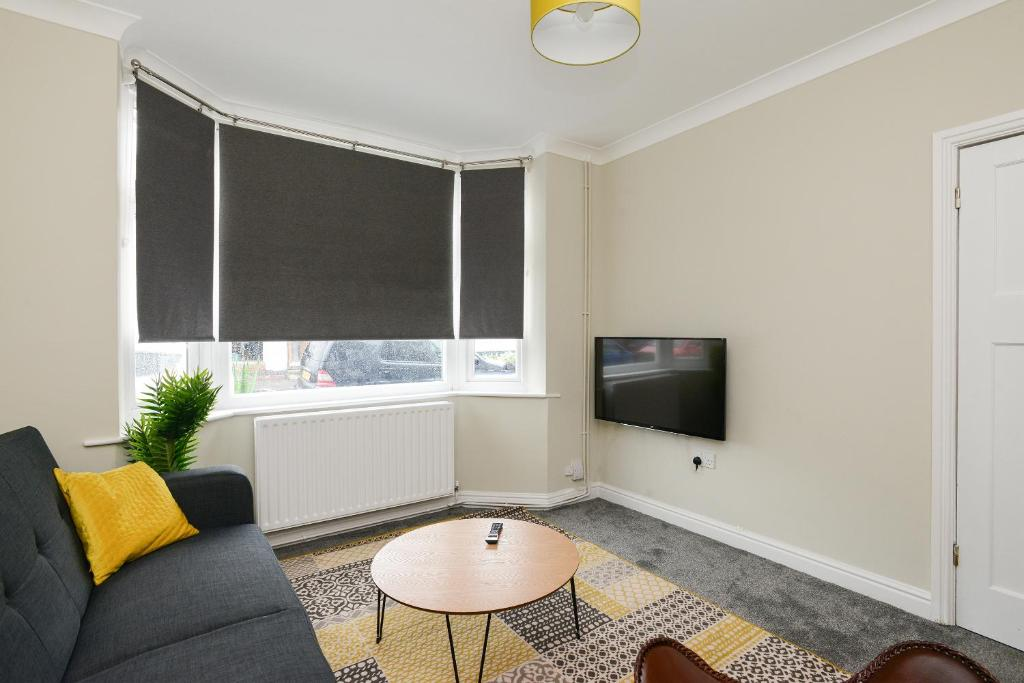 A television and/or entertainment center at Cozy House in the heart of Beeston with FREE Parking and WiFi