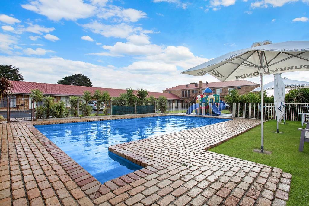 The swimming pool at or near Gateway Motor Inn Warrnambool