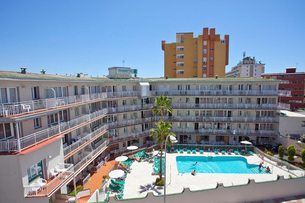 Uitzicht op het zwembad bij Apartamentos Ecuador Park of in de buurt