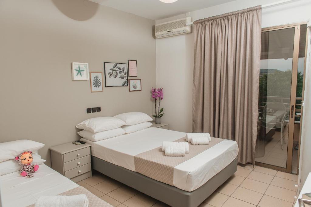 Ένα ή περισσότερα κρεβάτια σε δωμάτιο στο Aqua Beachfront Elegant Hotel