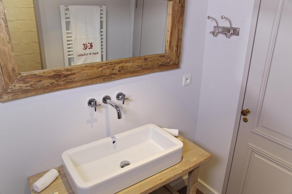 A bathroom at Logis de la Cadène