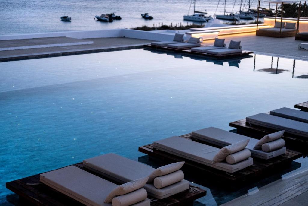 Bazén v ubytování Manoula's Beach Mykonos Resort nebo v jeho okolí