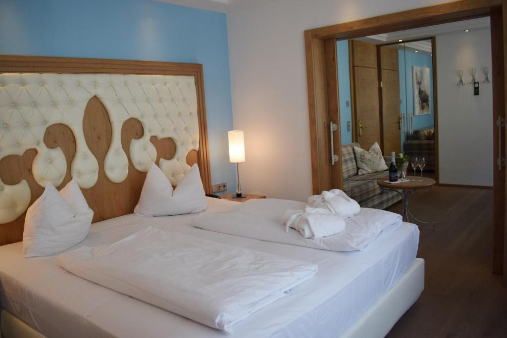 Ein Bett oder Betten in einem Zimmer der Unterkunft Wellness Hotel Bayerischer Hof