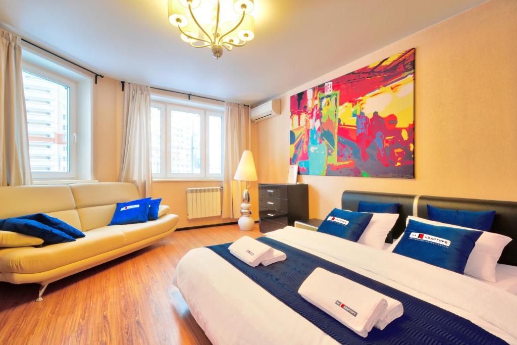 Кровать или кровати в номере Apartments at Myakinino by design project