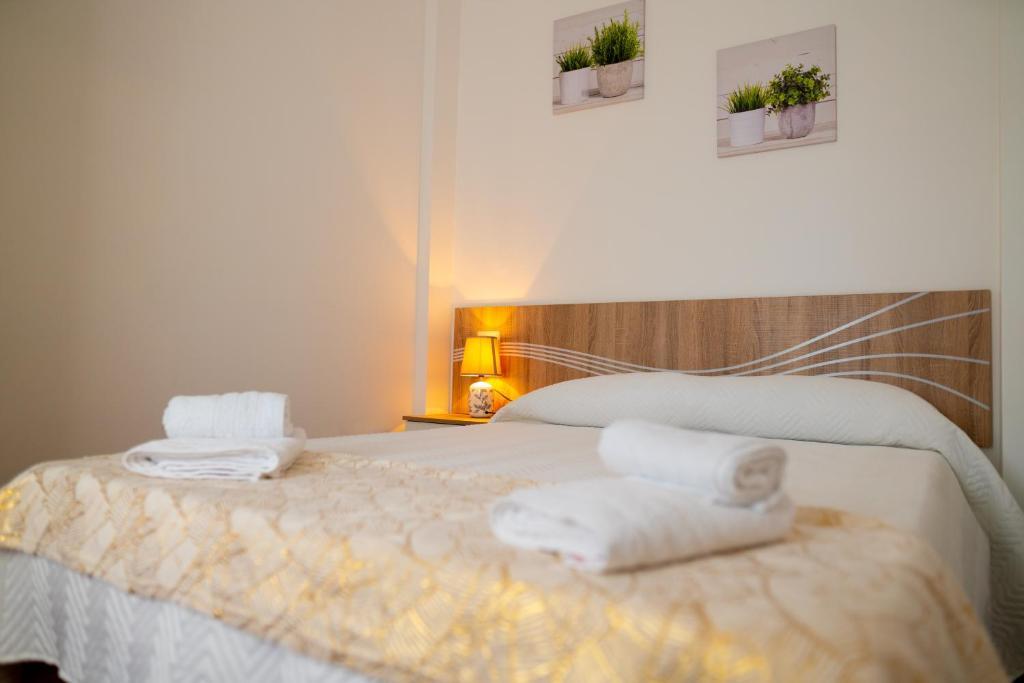 A bed or beds in a room at Apartamentos enteros O Lagar
